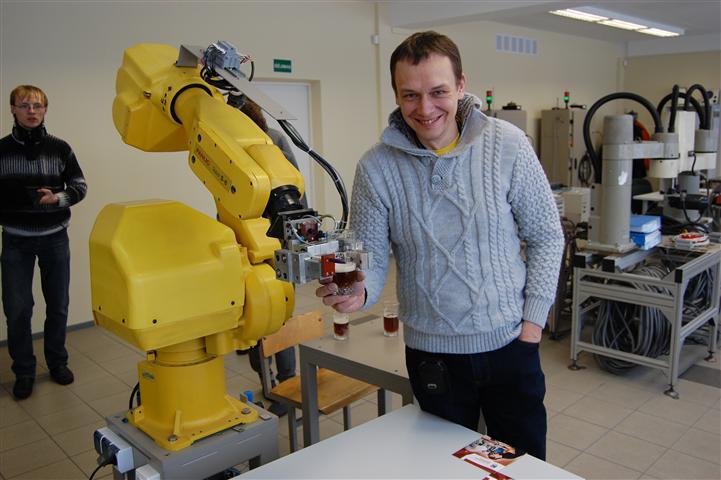 Robotas vaišino mus gira