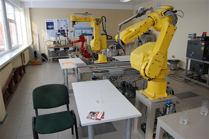 Laboratorijoje yra įvairių robotų