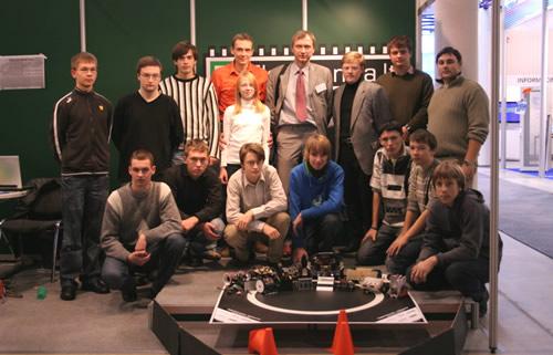 """Asociacijos """"Infobalt"""" vykdantysis direktorius Edmundas Žvirblis ir robotų kūrėjai"""